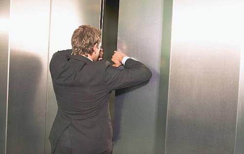 عدم استفاده از دست برای پیشگیری از خرابی آسانسور